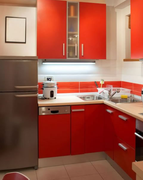Design interior for a small kitchen kitchen designs homeid for Small built in kitchen